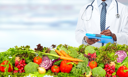 Doctor man with vegetables. Healthy diet and nutrition. Standard-Bild