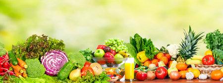 Verdure fresche biologiche su sfondo verde. Dieta sana. Archivio Fotografico - 44144031