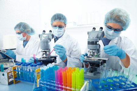 Gruppo di medici in laboratorio. Ricerca scientifica. Archivio Fotografico - 44144053