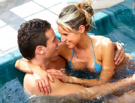 44144226-joven-pareja-se-relaja-en-una-ba%C3%B1era-de-hidromasaje-vacaciones-de-verano-.jpg?ver=6
