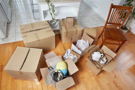 새 집에 상자를 이동. 새 아파트 배경입니다. 스톡 콘텐츠 - 44144272