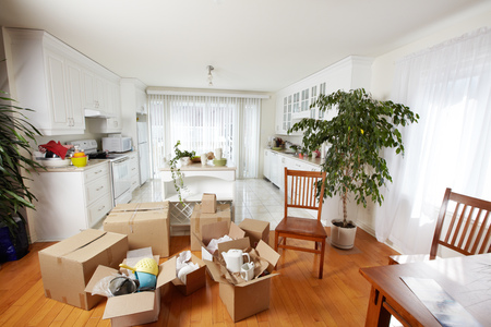 새 집에 상자를 이동. 새 아파트 배경입니다. 스톡 콘텐츠