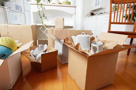 Spostare le caselle nella nuova casa. Appartamento nuovo sfondo.