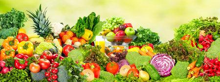 緑の背景の上の新鮮な有機野菜。健康的な食事。