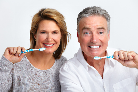 Gelukkig bejaarde echtpaar met tandenborstel. Dental gezondheid.