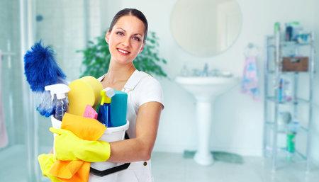 若い笑顔のメイド。ハウス クリーニングのサービス コンセプトです。
