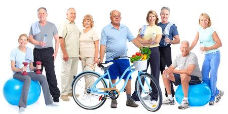Grupo de personas de edad avanzada con la aptitud de la bicicleta aislado fondo blanco. Foto de archivo
