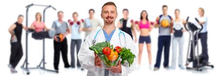 Doktor mit Gemüse und Gruppe von gesunden Fitness Menschen