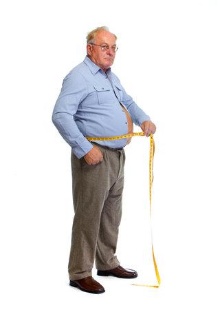 Hombre mayor medir la cintura con una cinta. Pierde el concepto de peso. Foto de archivo