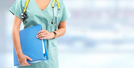 Mujer enfermera sobre fondo azul. Banner de atención de la salud. Foto de archivo - 45541560