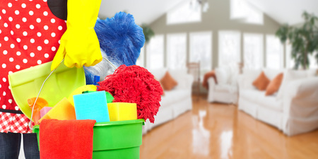 清掃用具でメイド手。ハウス クリーニングのサービス コンセプトです。 写真素材
