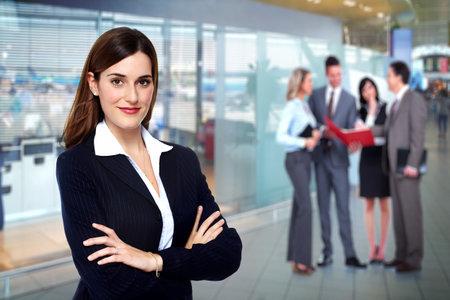 Schöne junge Geschäftsfrau. Rechnungswesen und Finanzen Hintergrund.