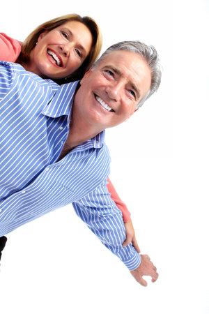 Gelukkig lachend bejaarde echtpaar geïsoleerde witte achtergrond.