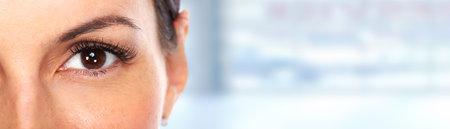 青いバナーの背景に美しい若い女性の目。 写真素材 - 45981643