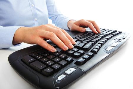 Manos de mujer de negocios que pulsa en el teclado de la computadora. Blanco aislado. Foto de archivo - 46231175