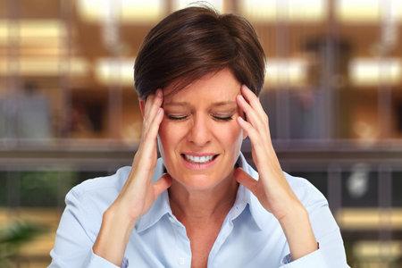 Femme d'affaires fatigué de la migraine sur la maison de fond Banque d'images - 46411604