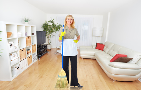 Meid vrouw met een bezem. Huis schoonmaken service concept.