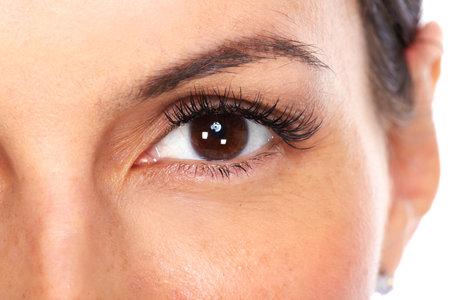 아름 다운 젊은 여자의 눈은 흰색 배경에 고립.