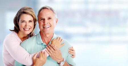 Retrato feliz pareja de alto nivel sobre el fondo azul. Foto de archivo - 46412309