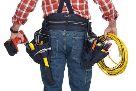 白い背景で隔離のドリルおよびワイヤー ケーブルで電気技師の男。