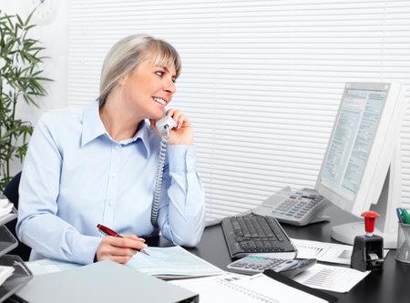 ビジネスの女性は、オフィスで働きます。会計・ ファイナンス。