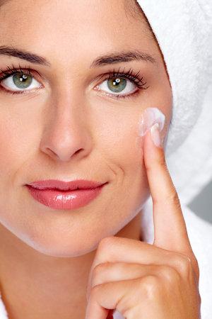 Bella donna faccia con crema idratante. Sfondo la cura della pelle. Archivio Fotografico - 46510455