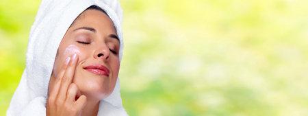 美人顔に保湿クリームを。スキンケアの背景。