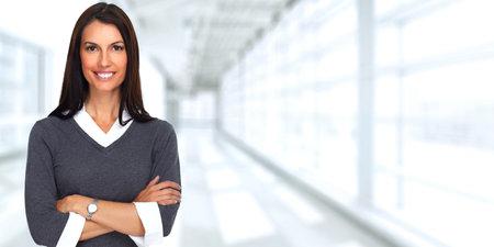 사무실 배경 위에 젊은 웃는 비즈니스 여자.