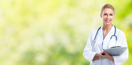 緑の背景の上の若い医者の女性。