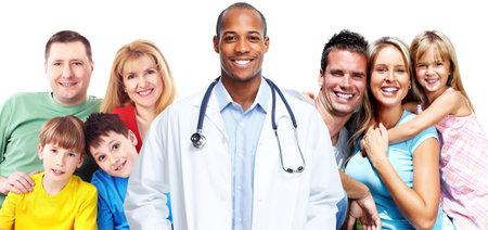 Médico y familia feliz aislado en el fondo blanco. Foto de archivo - 46515665