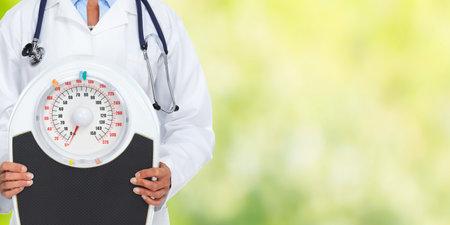 비늘으로 의사 여자입니다. 다이어트와 체중 감량 개념입니다. 스톡 콘텐츠