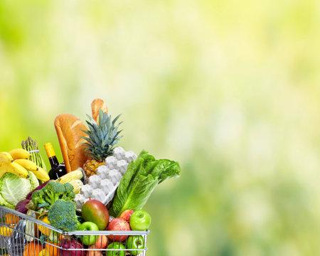 Grocery carrito de la compra con verduras sobre fondo verde. Foto de archivo - 46515714