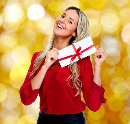 クリスマス背景に封筒と幸せな女は。 写真素材 - 46515716