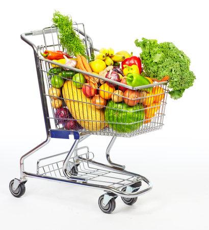 Boodschappen kar met groenten en fruit. Geïsoleerd op wit. Stockfoto
