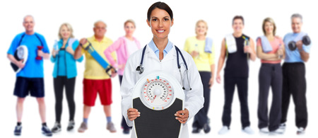 Medical doctor woman with scales. Diet and weight loss concept. Stockfoto