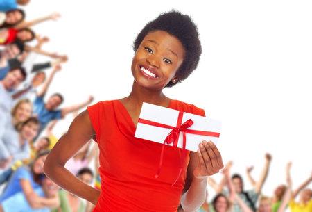 Jonge Afro-Amerikaanse vrouw met envelop over gelukkige mensen groep achtergrond.