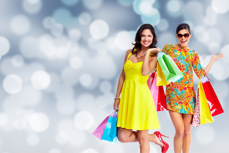 ショッピング バッグ クリスマスの背景を持つ女性のグループ。 写真素材