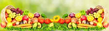 녹색 배경 위에 과일과 야채. 건강한 다이어트.