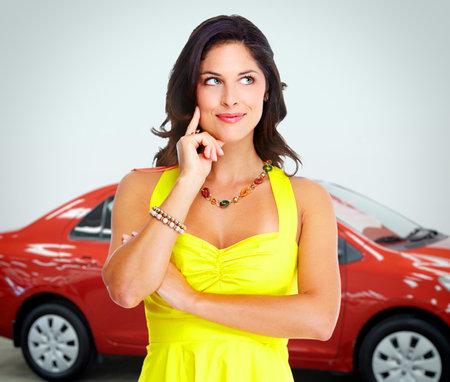 車のディーラーの女性。自動車販売店、レンタル コンセプトの背景。 写真素材