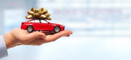 Nieuwe auto geschenk. Auto dealer en verhuur concept achtergrond. Stockfoto