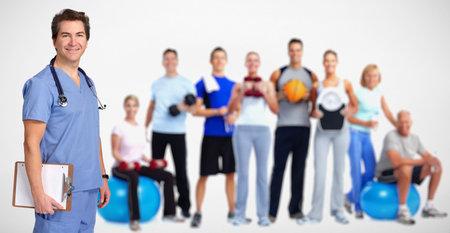Lachende arts man en groep van fitness mensen.