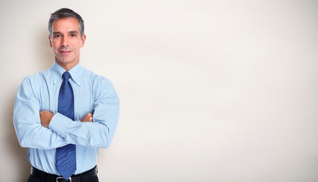 Knappe glimlachende zakenman over grijze banner achtergrond. Stockfoto