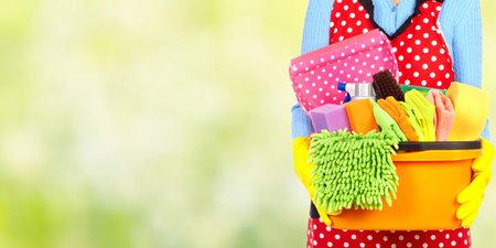 Mucama manos con herramientas de limpieza. Limpieza de la casa concepto de servicio. Foto de archivo