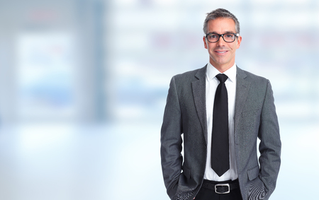 Knappe glimlachende zakenman over blauwe banner achtergrond.