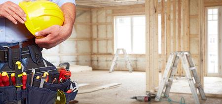 Builder Handwerker mit Bau-Tools. Hauserneuerung Hintergrund. Standard-Bild - 48411672
