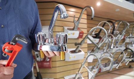 Plombier mains avec robinet d'eau par rapport aux outils de plomberie fond. Banque d'images - 48833216