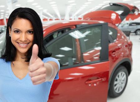 Tevreden klant vrouw in de buurt van auto's. Auto dealer en verhuur concept achtergrond.
