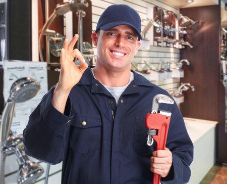Mains plombier avec une clé à tuyau sur les outils de plomberie fond. Banque d'images - 48882738