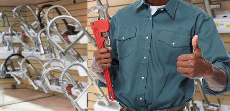 Mains plombier avec une clé à tuyau sur les outils de plomberie fond. Banque d'images - 48882911