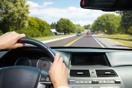 車のドライバーの手。私道で運転の人々。